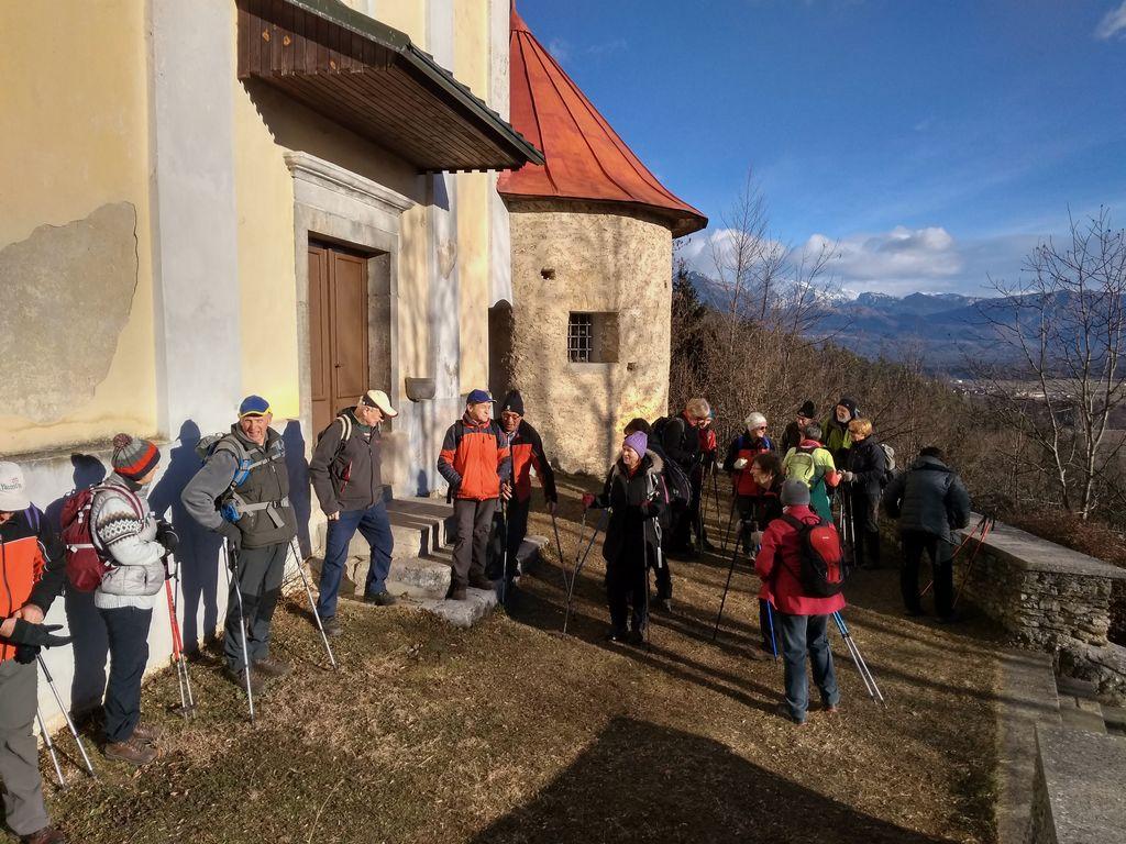 Pred taborsko cerkvijo sv. Tlina