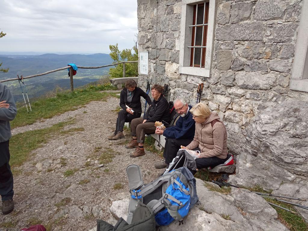 Pohodniki pred cerkvico Sv. Urbana na Vremščici