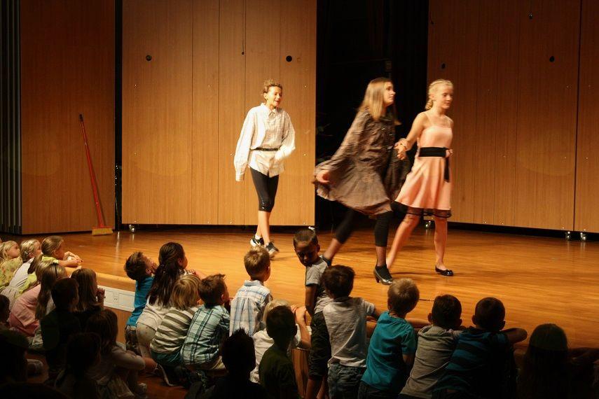 Otroci so bili navdušeni nad predstavo.
