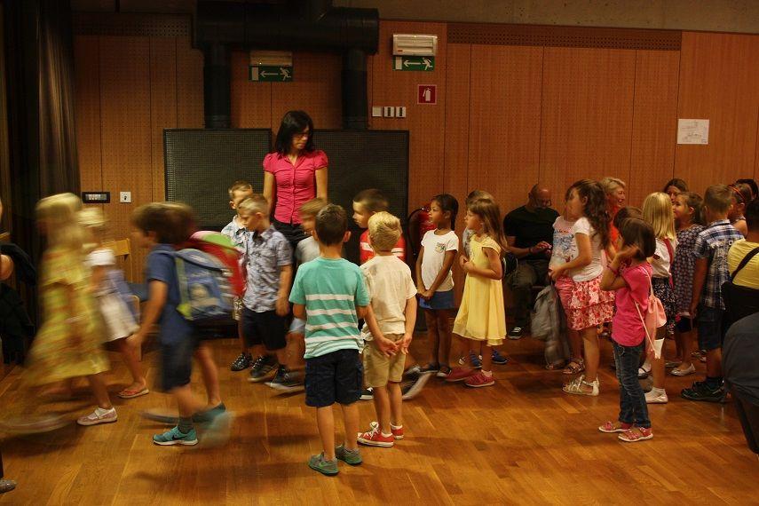 Razredničarke so učence pospremile v učilnice.