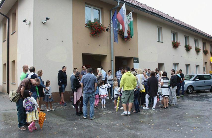 Dež je pospremil prvošolce pred KD v Notranjih Goricah.