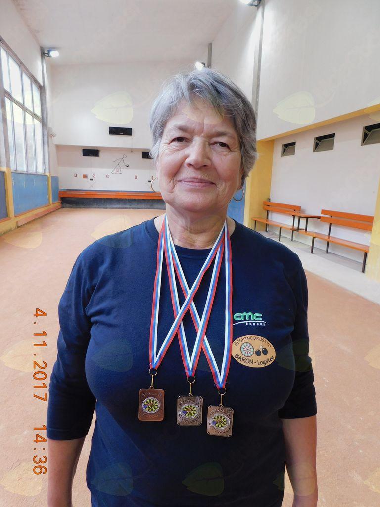Slavka Hren (ŠDB Logatec) obložena z medaljami.