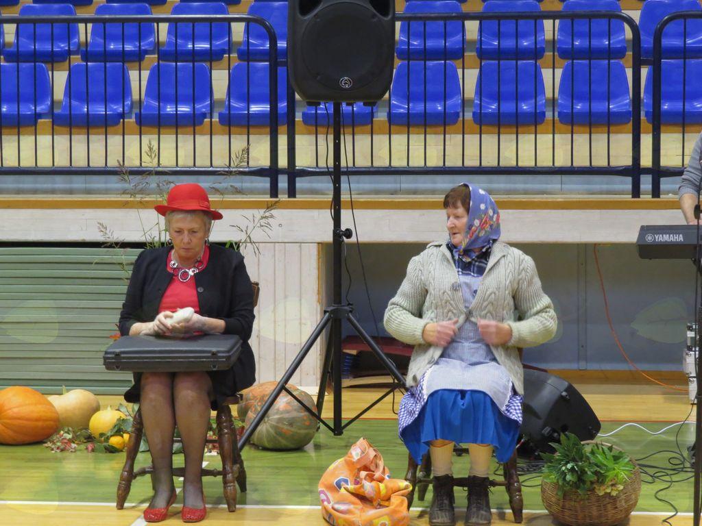 Gospa in kmetica se srečata na postaji