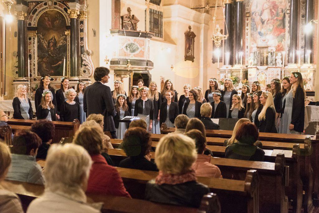 Koncert dekliškega zbora Carmen Manet