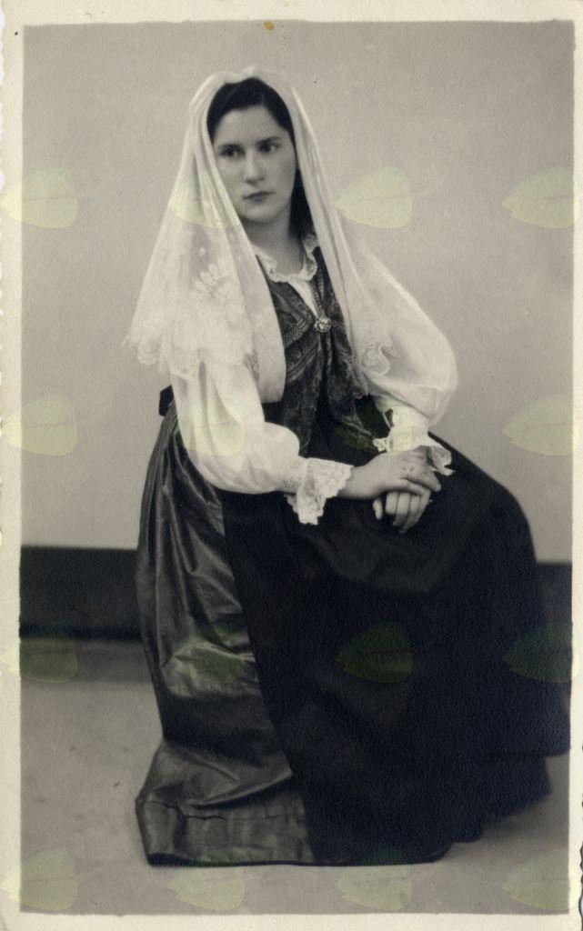 Lelja v vipavski narodni noši leta 1946