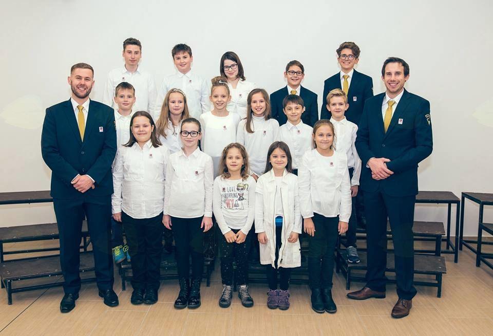 Del učencev Godbeniške šole Vrhpolje z učiteljema Aleksandrom Miklavcem in Matjažem Medenom. (Foto: Tina Velikonja)