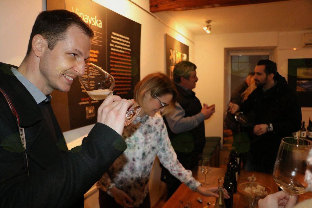 Sommelierji v vinoteki Vipava