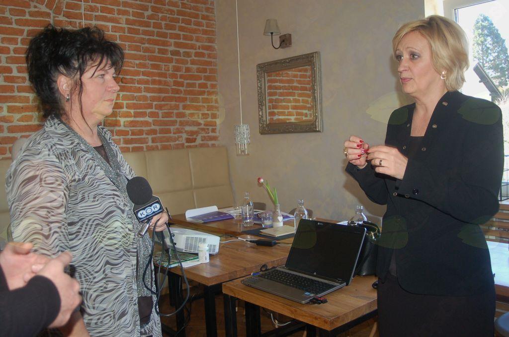 Ksenija Benedetti (šefinja Protokola RS – predavateljica) in Darja Vrhovnik (KOR TV).