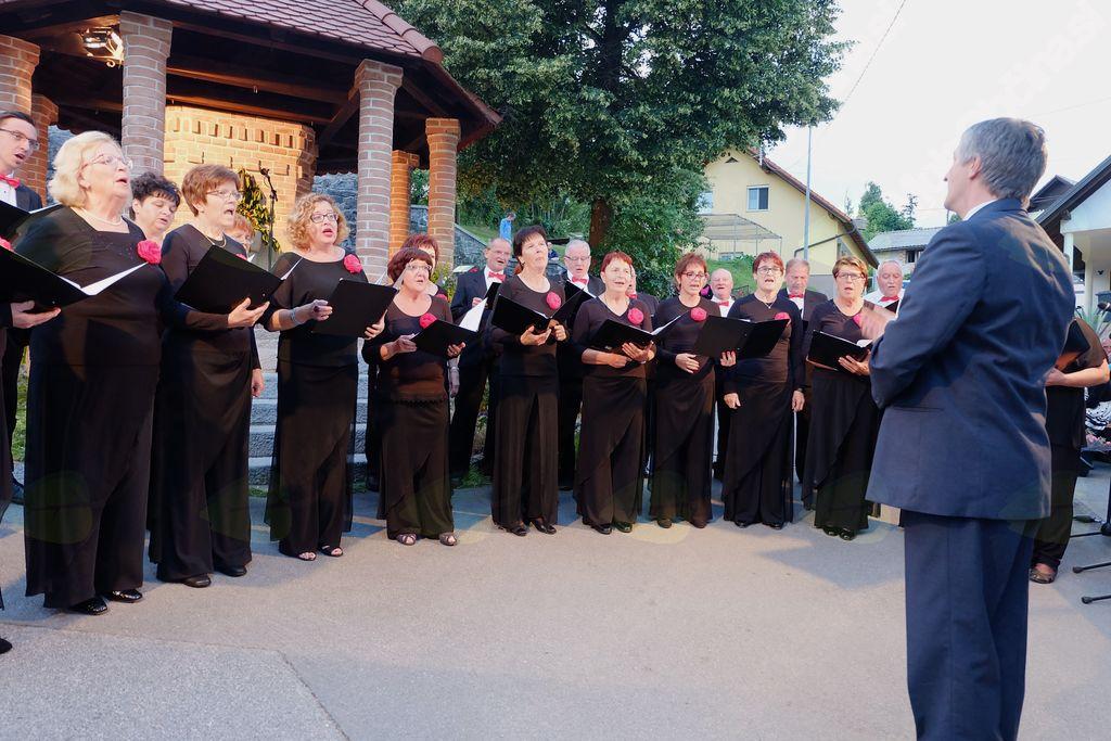 Mešani pevski zbor Pevsskega društv aLogatec pod vodstvom pevovodje Lovra Groma
