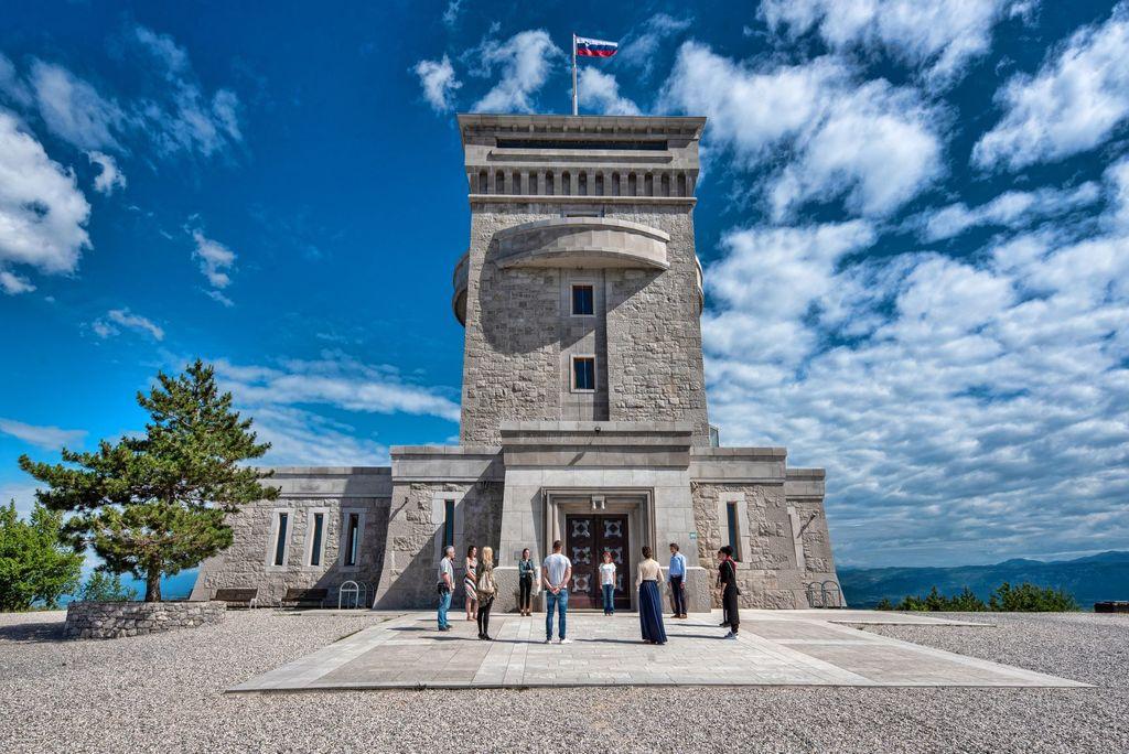 Doživetje Intiniti Monument Bliss v Pomniku miru na Cerju