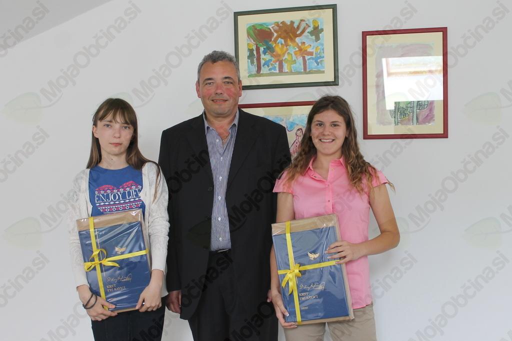 Najboljši učenki Kristina Klančič in Nika Veronika Beltram z županom