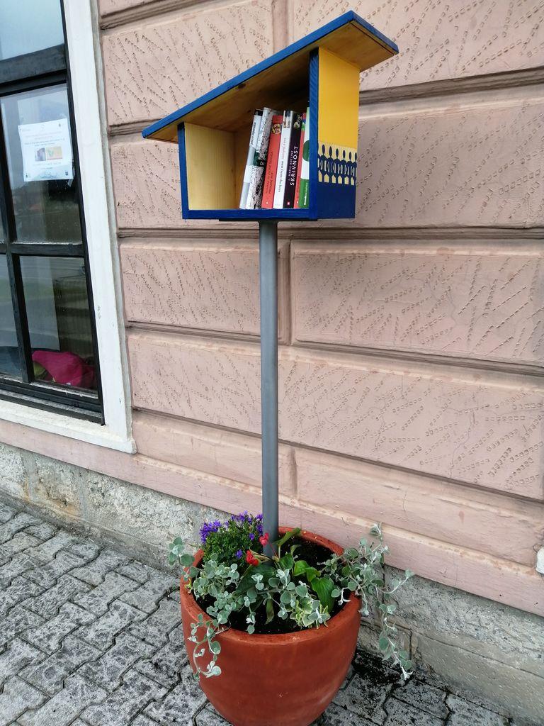 Pred Hišo Sadeži družbe Logatec stoji nova knjigobežnica