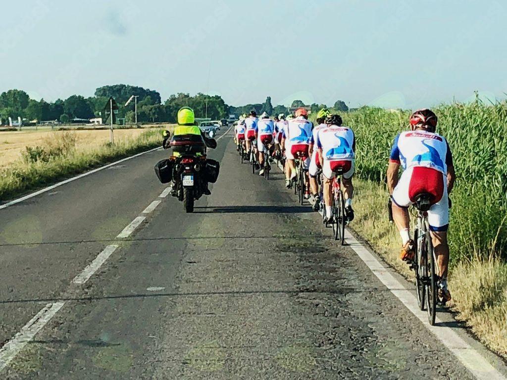 Dolga kolona kolesarjev z spremstvom