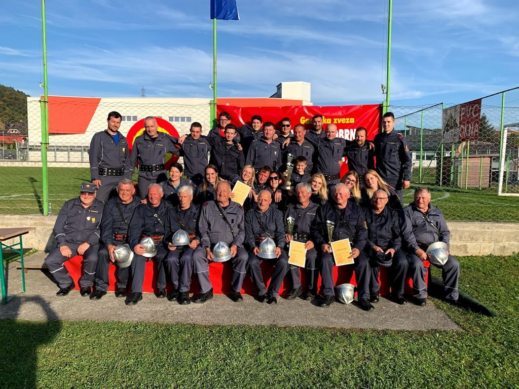 Članice, člani ter starejši gasilci na tekmovanju Gasilske zveze Vojnik-Dobrna v Vojniku po razglasitvi rezultatov