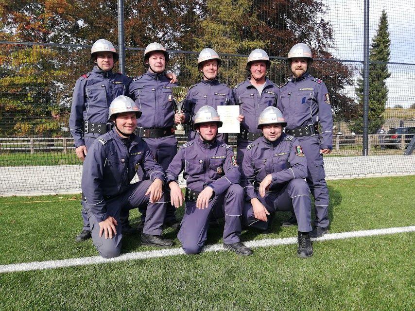 Zmagovalna ekipa članov B PGD Socka – z osvojenim pokalom po tekmi v Slovenskih Konjicah