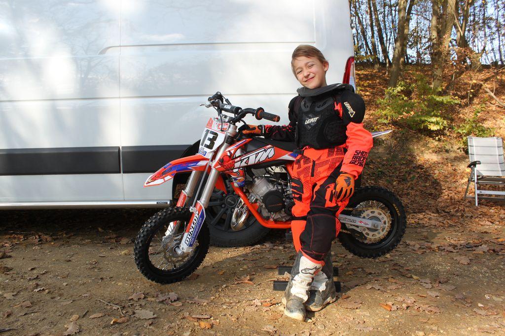 Mladi Alex Vranc se pripravlja na vožnjo.