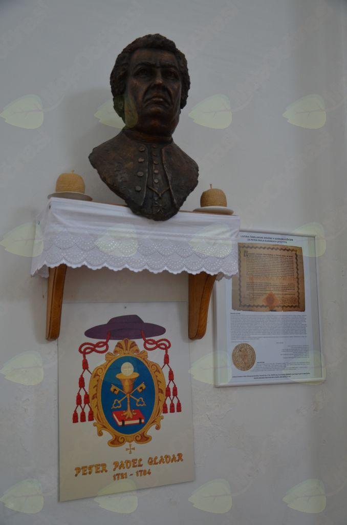 Kip Petra Pavla Glavarja in listina čebelarske družbe iz Gornjih Lužic Petru Pavlu Glavarju