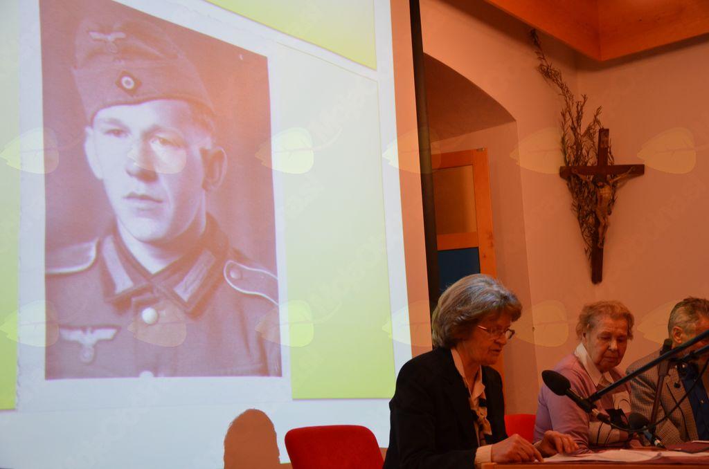 Marta Pavlič iz Suhadol 30. novembra 2012 v kamniškem frančiškanskem samostanu govori o svojem očetu Stanislavu Zarniku, mobilizirancu v nemško vojsko.