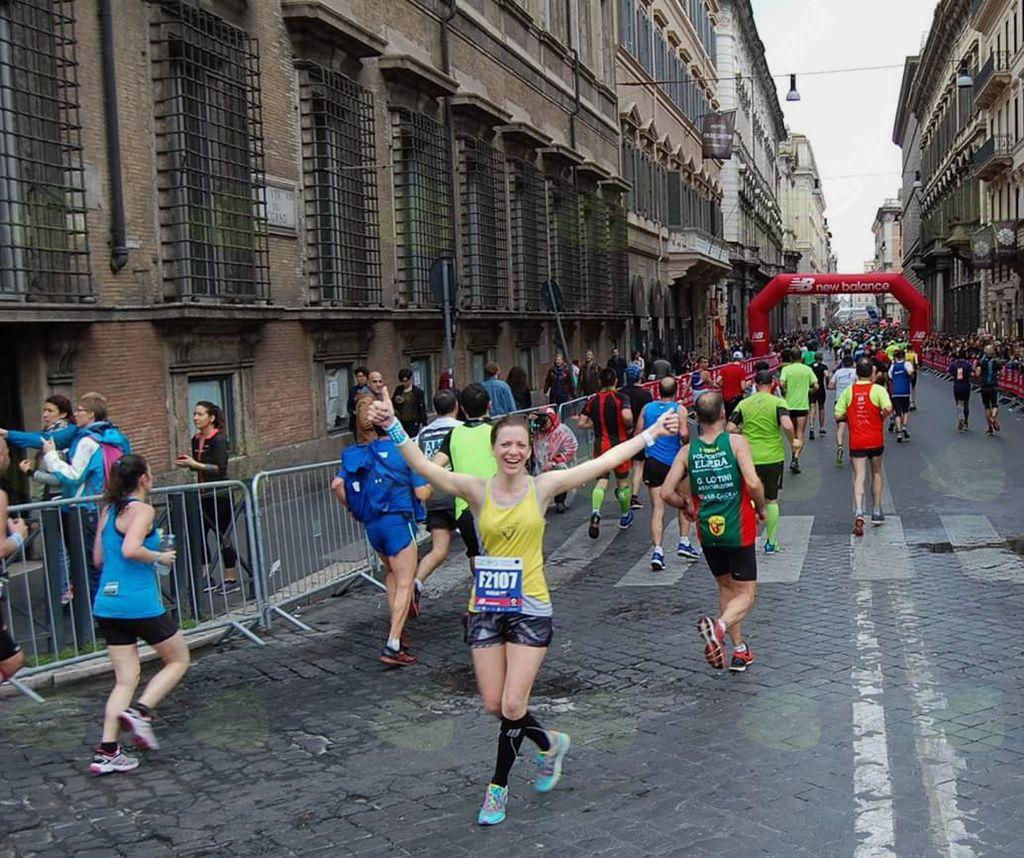 Maratonka Marija Pavlič iz Suhadol med tekom po rimskih ulicah