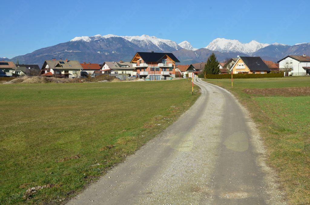 Pogled nazaj proti Suhadolam in Kamniško-Savinjskim Alpam v ozadju