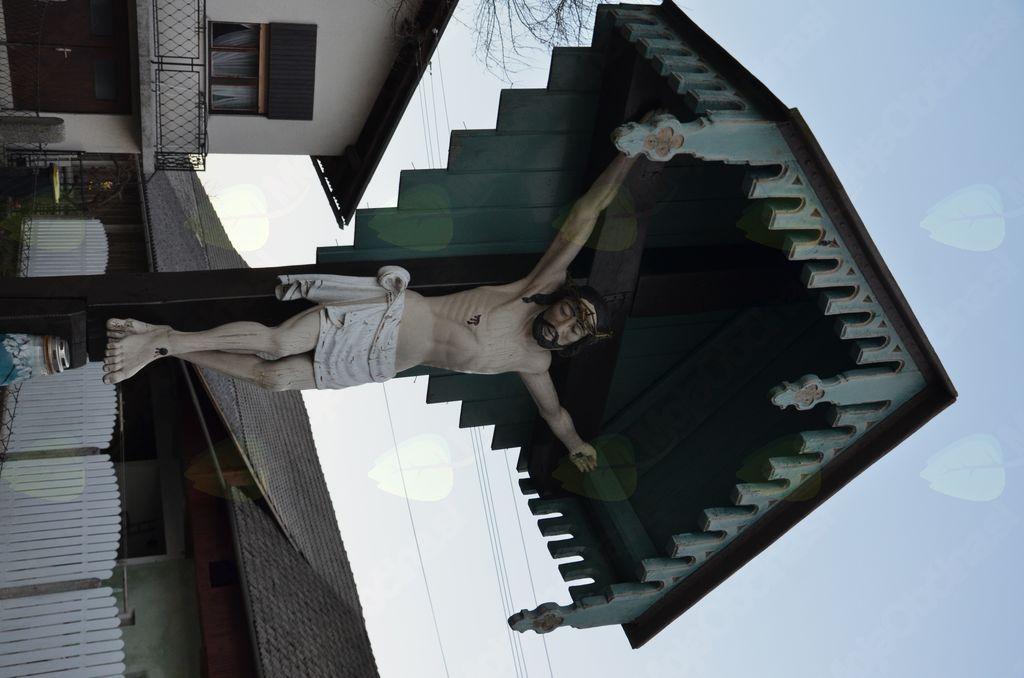 Lepo staro znamenje Križanega v Topolah