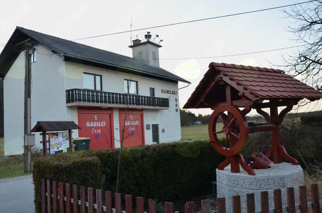 Lesena štirna in mogočen gasilski dom v Topolah
