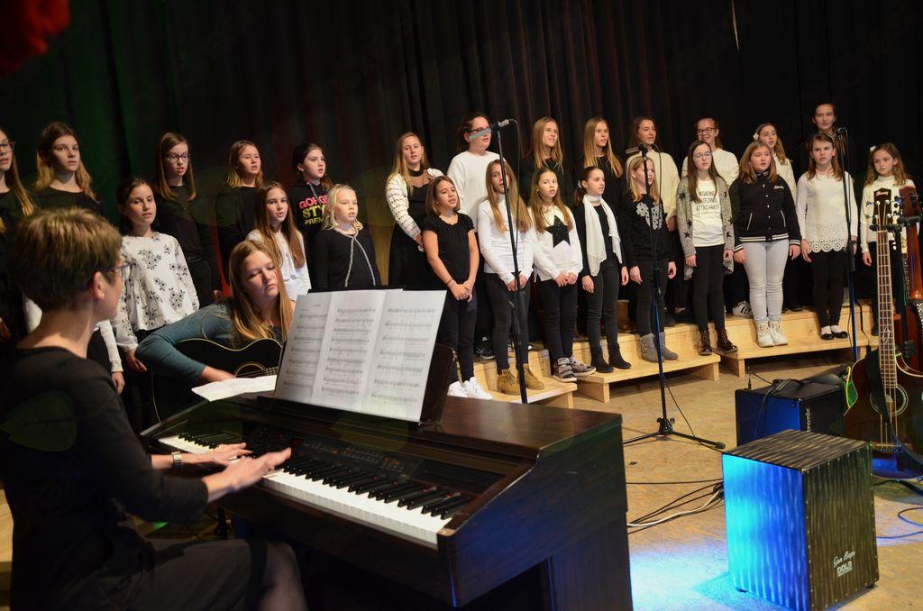 Z zelo lepim petjem se je izkazal Mladinski pevski zbor OŠ Komenda-Moste.