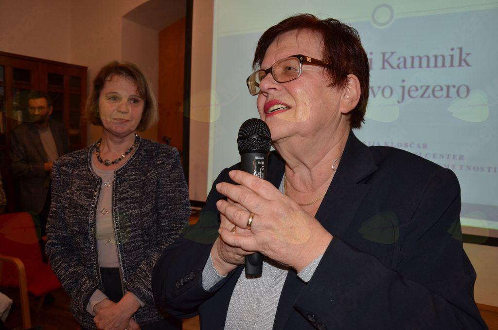 Dr. Marjeta Humar predstavlja predavateljico dr. Marijo Klobčar.