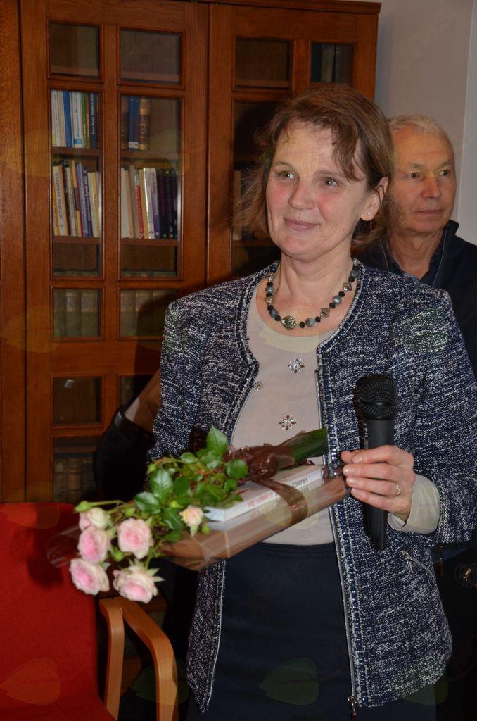Dr. Marija Klobčar bo ohranila lep spomin na publiko, zelo pa si je prislužila tudi tole darilo.