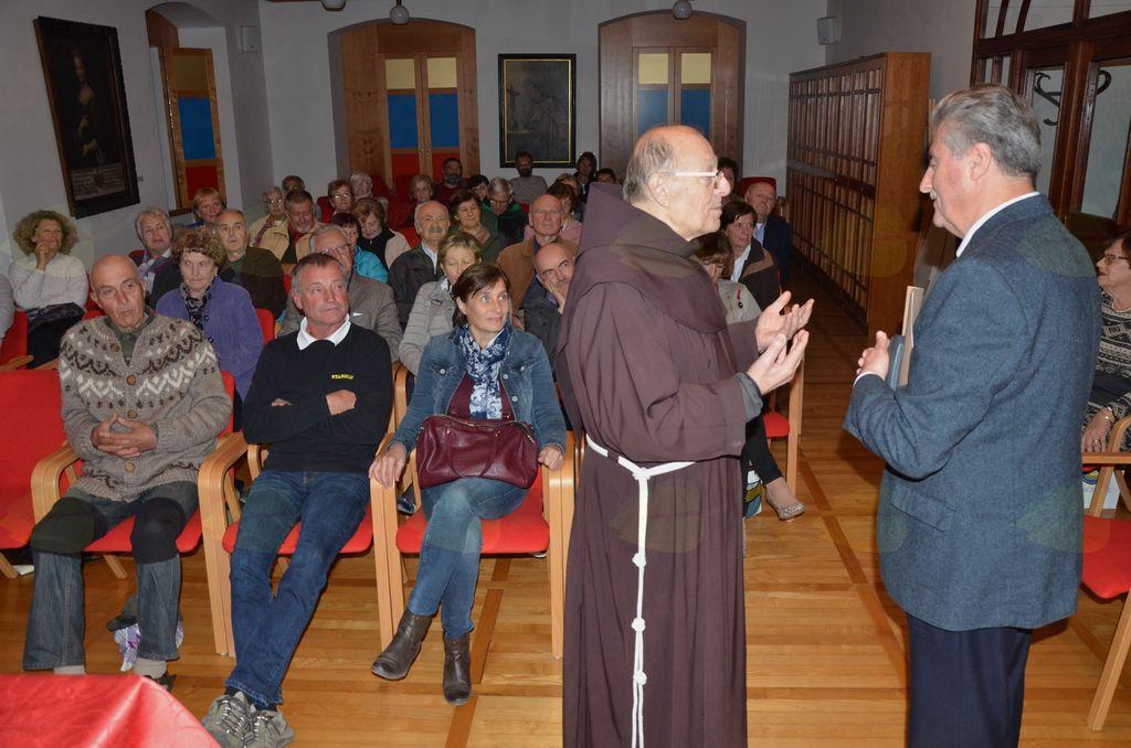 Evangeličanski škof mag. Geza Erniša v pogovoru s p. Lavrencijem Anželom v dvorani kamniškega frančiškanskega samostana