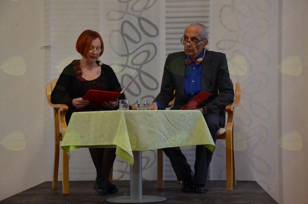 Obiskovalci kulturnega dogodka smo spremljali, kako zvenijo pesmi v maternem jeziku pesnice in prevedene v slovenščino.