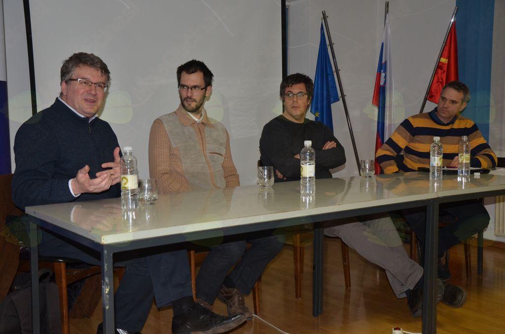 Govori prof. dr. Bahovec (skrajno levo), desno od njega Rok Pisk, Matej Cepin in Štefan Petkovšek.