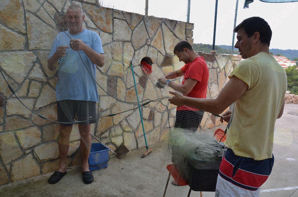 Skrbna priprava mreže za ribolov