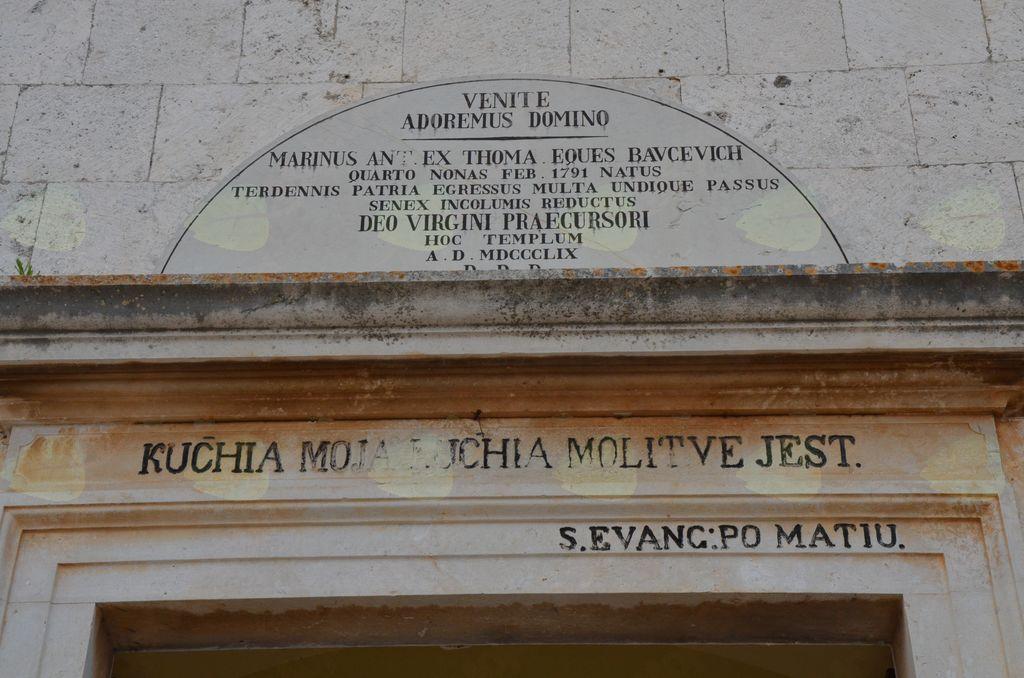 Napis nad portalom župnijske cerkve v Gornjem Selu