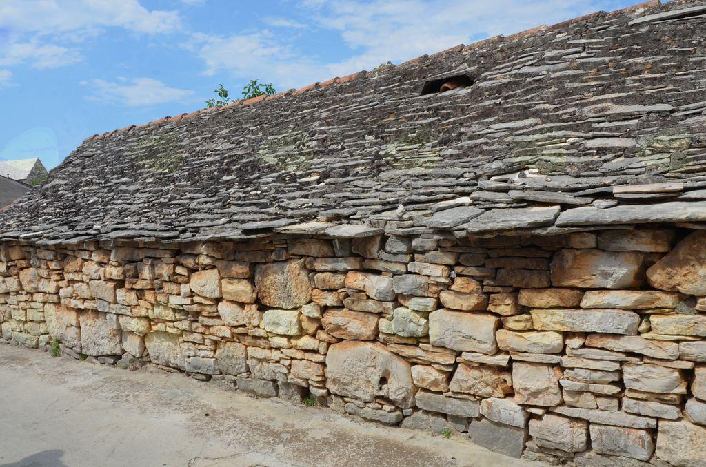 Trdno grajena, a žal zapuščena šoltanska hiša