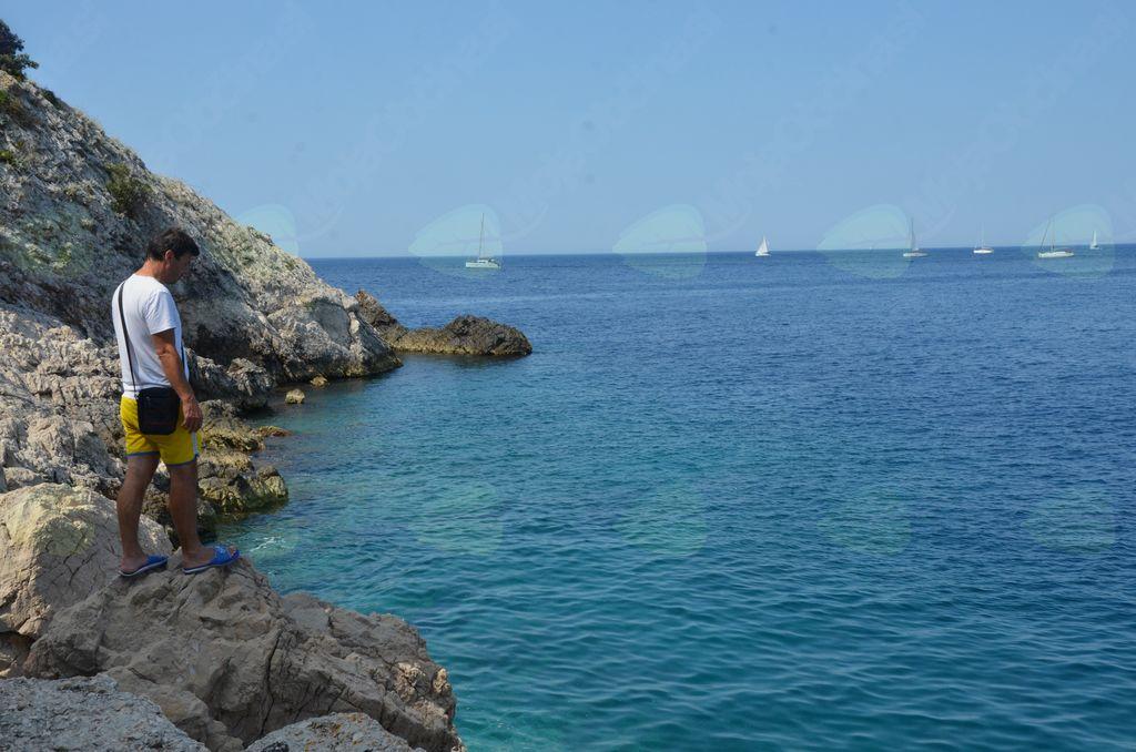 Kristalno čisto morje vabi, da zaplavaš v njem, skočiš vanj.