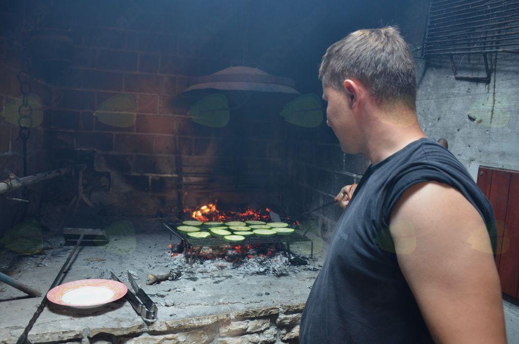 Mmmm, danes bo pa nekaj posebnega za kosilo. Blaž se je izkazal tudi kot odličen kuhar.