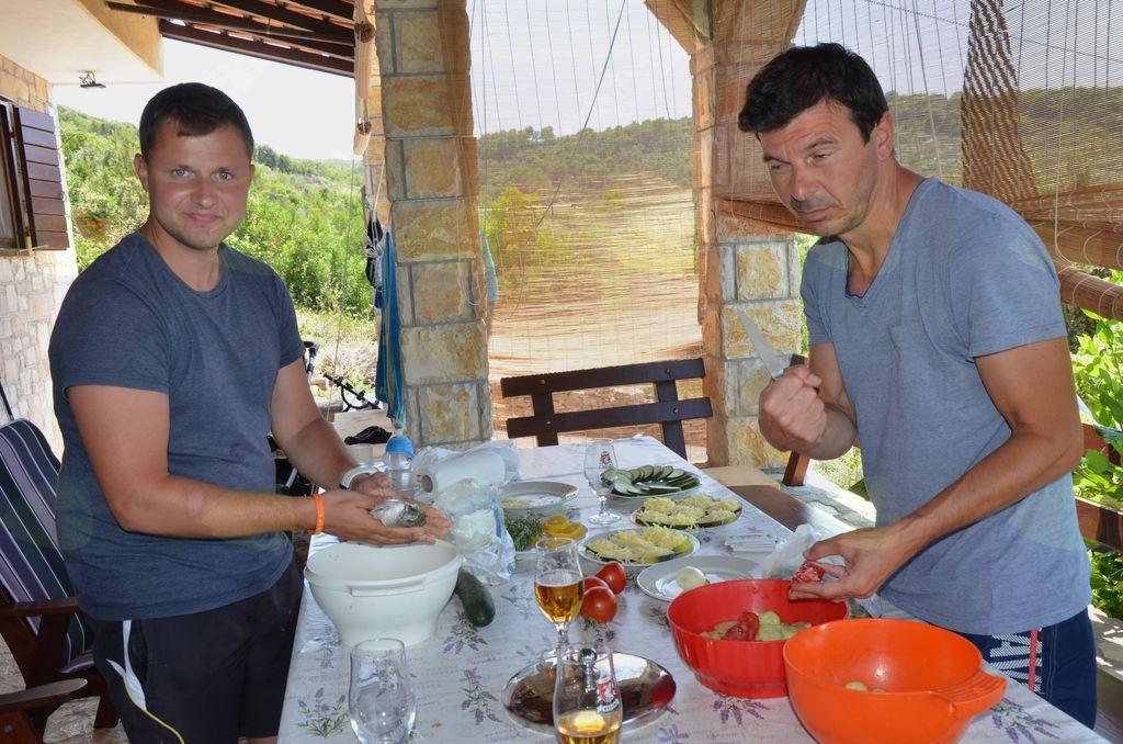 Blaž in Željko sta se izkazala pri pripravi jedi.
