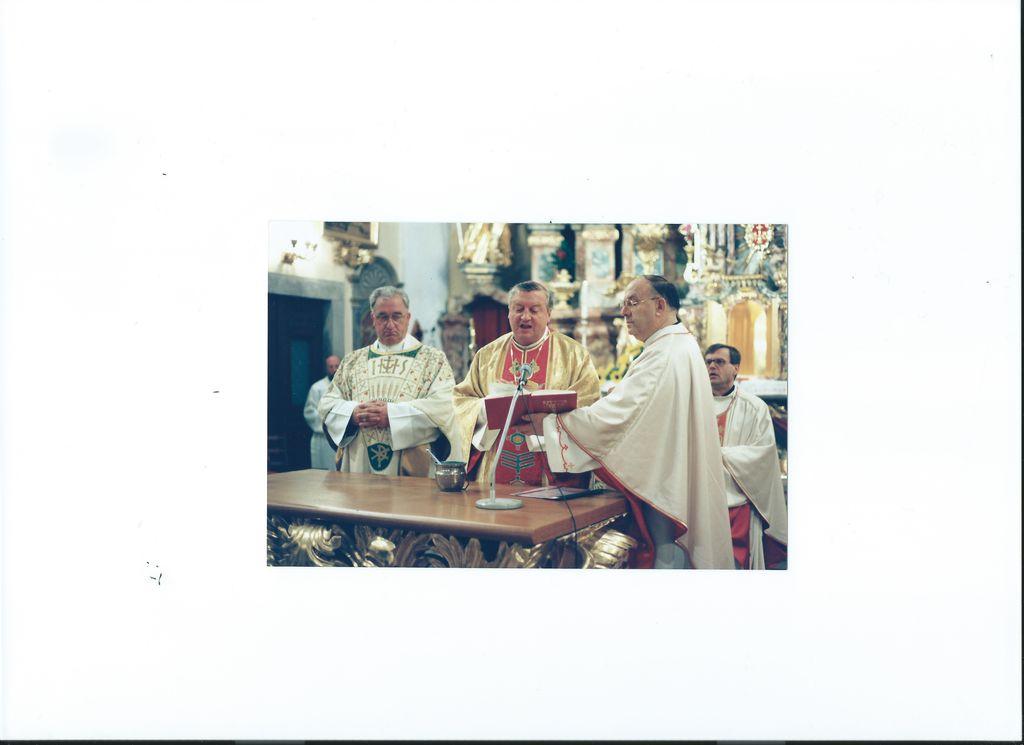 Škof Alojz Uran 12. oktobra 1997 blagoslavlja nov daritveni oltar v župnijski cerkvi sv. Petra v Komendi.