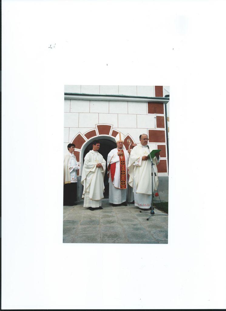 Škof Alojz Uran 14. julija 1996 blagoslavlja obnovljeno podružnično cerkev sv. Boštjana v Mostah pri Komendi.