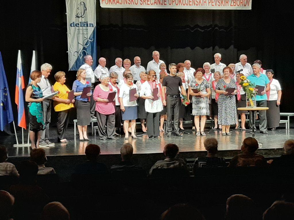 Zborovodje nastopajočih pevskih zborov in dobitniki priznanj