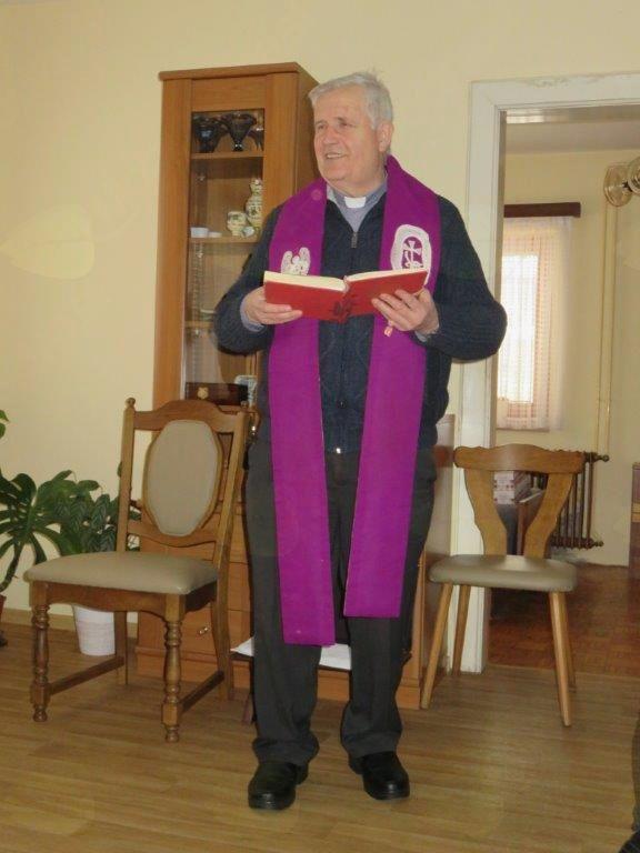 Duhovnik Jože Razinger blagoslavlja Vidino hišo