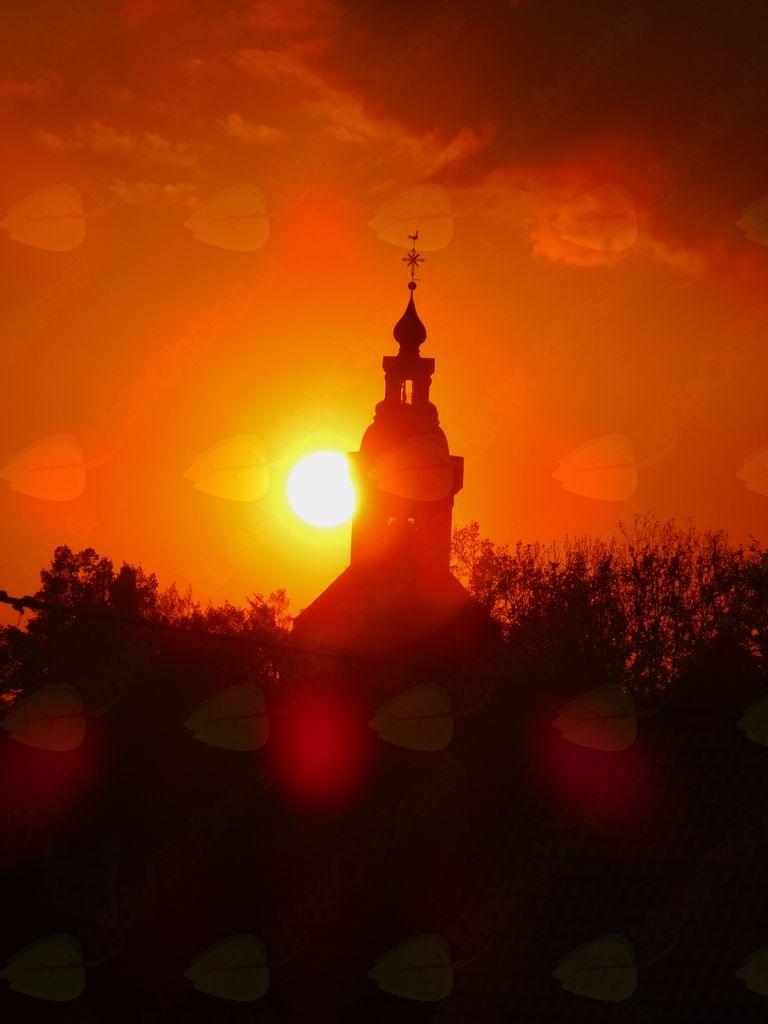 Komendski zvon v objemu sonca