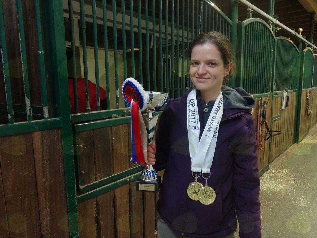 Teja s pokalom in medaljami za naziv državne prvakinje