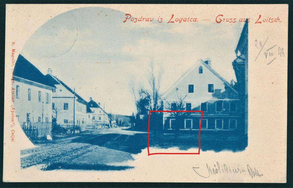 Razglednica Gornjega Logatca, poslana 28. 8. 1899: na desni strani Tržaške ceste dvorišče pred Puppisovo hišo, litoželeznega pitnika tam še ni (vir: Zbirka starih razglednic Knjižnice Logatec)