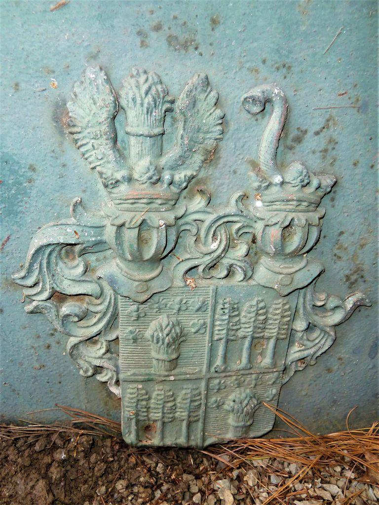 Grb družine Jelovšek-Fichtenau na nagrobni plošči Benjamina Jelovška