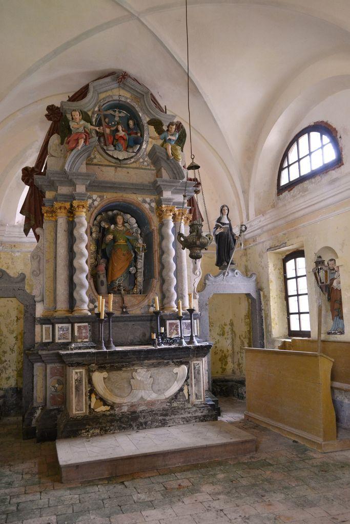 Ravnik pri Hotedršici, p. c., pogled v prezbiterij: véliki oltar in kip sv. Jožefa z Jezuščkom v niši (foto: Maja Fadić)