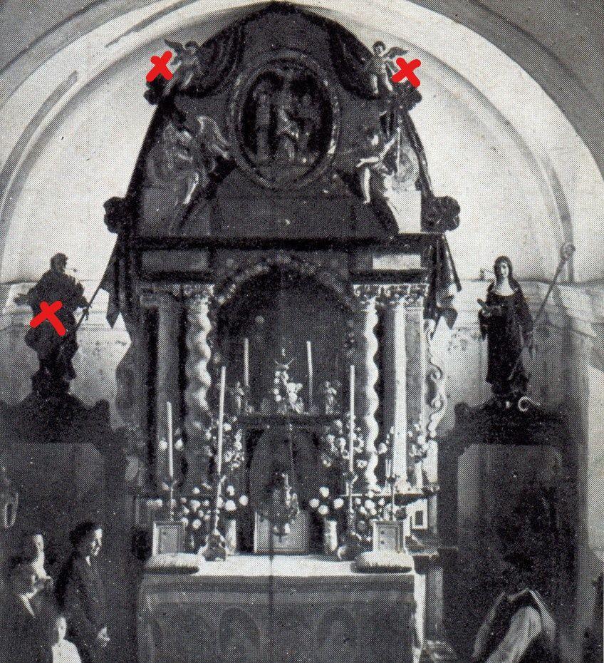 Véliki oltar z razglednice Ravnika, 1930; z rdečimi križci označeni ukradeni kipi (Zbirka starih razglednic Knjižnice Logatec)
