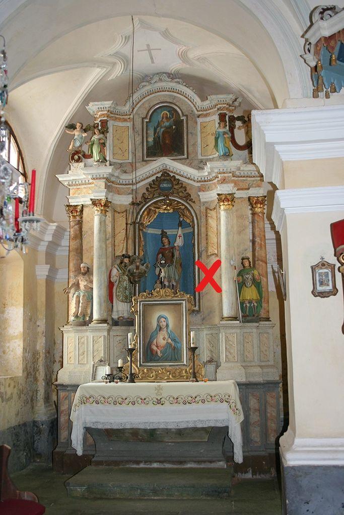 Ravnik pri Hotedršici, p. c., severni stranski oltar; z rdečim križcem označen ukraden kip (foto: Robert Brus)