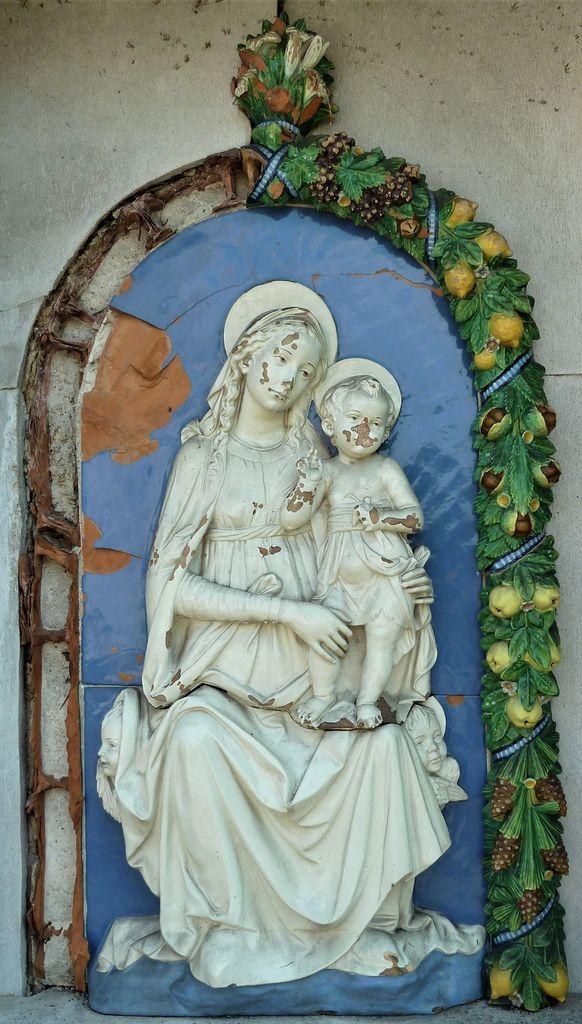 Verd, grobnica družine Galle, relief Marije z Detetom (foto: Simona Kermavnar)
